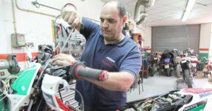 Fotos de mecànics en un taller de motos.  És per parlar del tancament de tallers durant la crisi.
