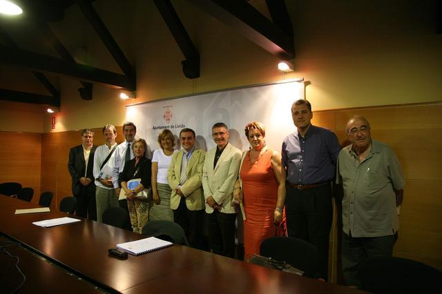 Fotografia de família del dia que es va signar l'acord de col·laboració per al desenvolupament del projecte Gesmopoli al Polígon Industrial del Segre. (autor: Paeria Lleida / data: 12/7/2006)